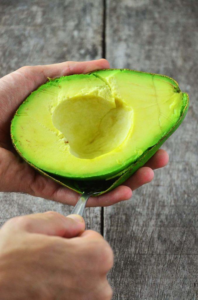 Tirando a casca do abacate