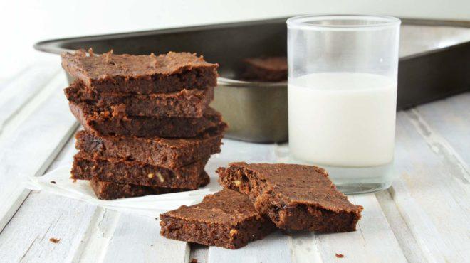 Brownie de chocolate meio amargo cortado em pedaços