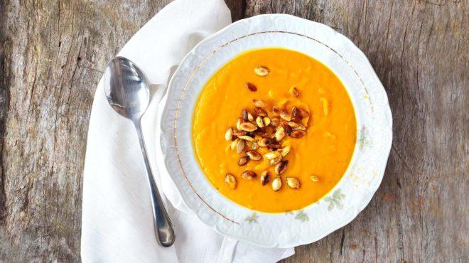 Sopa de abóbora com sementes crocantes