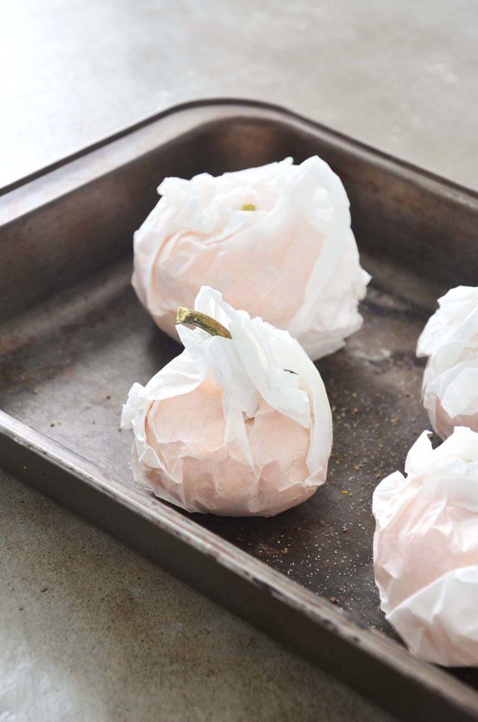 Mini abóboras no papel manteiga