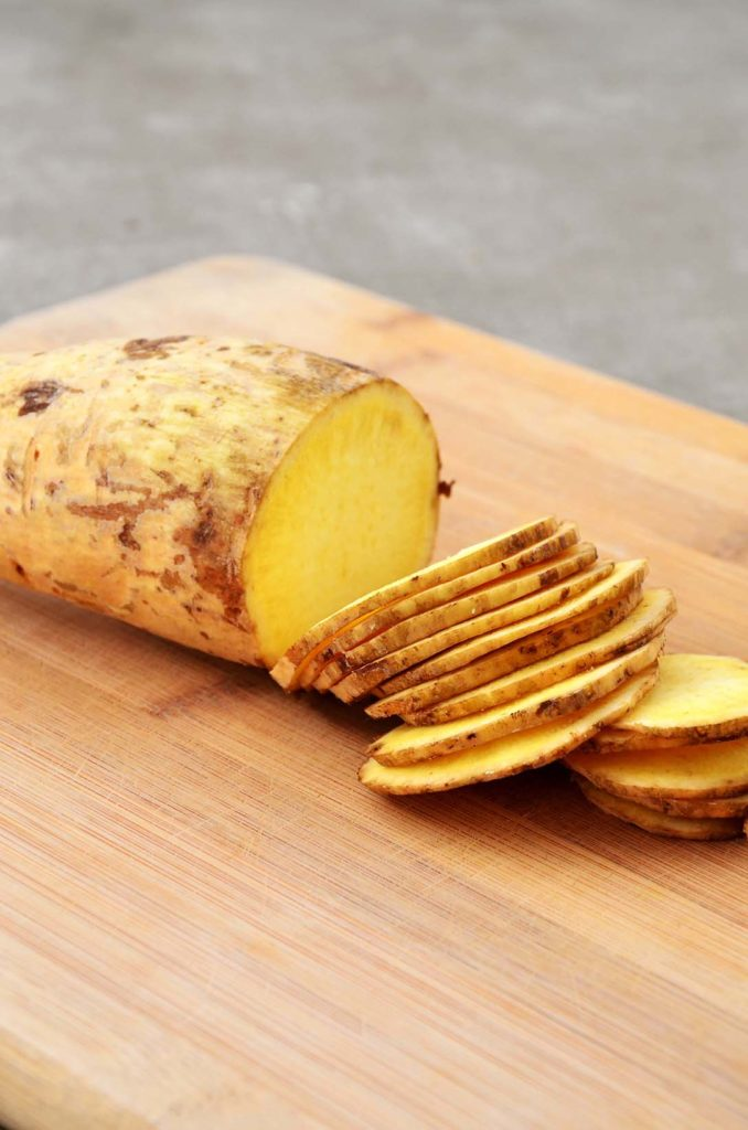 Batata doce cortada com faca afiada
